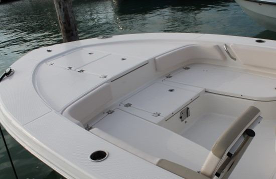 Robalo 246 Cayman bow casting deck