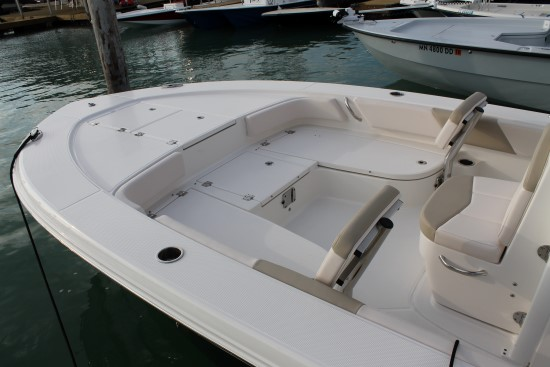 Robalo 246 Cayman SD bow seating