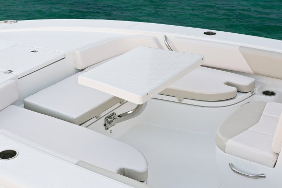 Robalo 246 Cayman stowing bow table