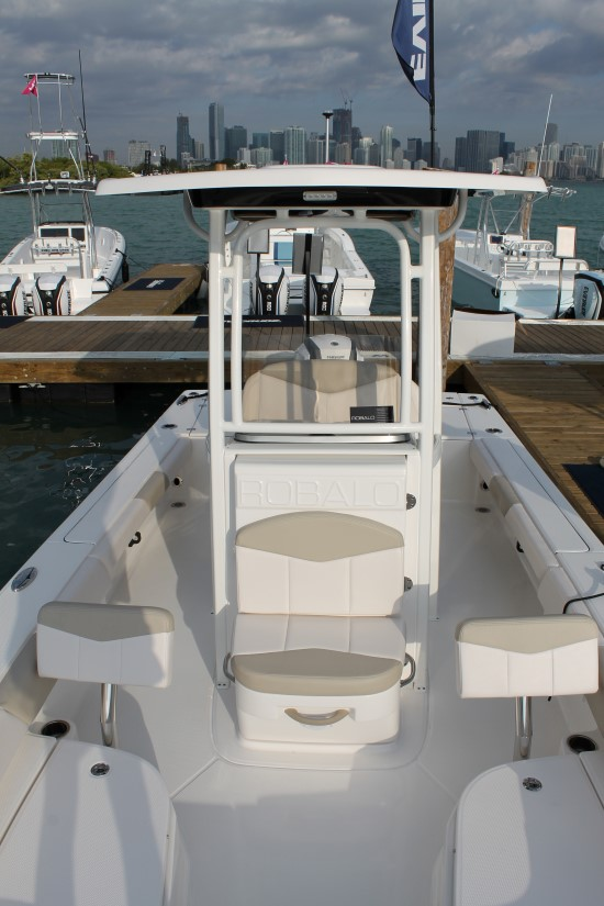 Robalo 246 Cayman center console front seat