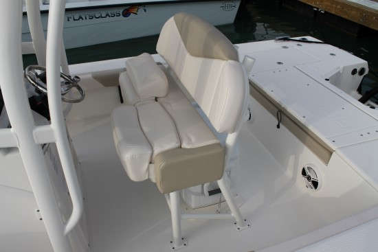 Robalo 246 Cayman helmseat optional leaner