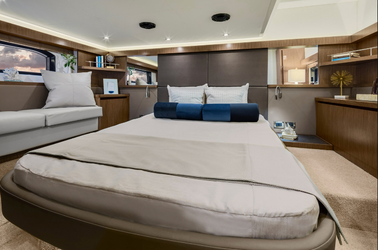 Sea Ray Fly 460 master stateroom