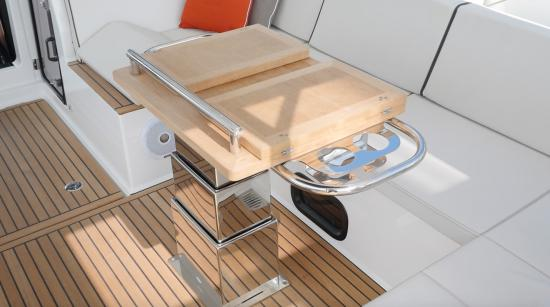 Beneteau Oceanis Yacht 62 table