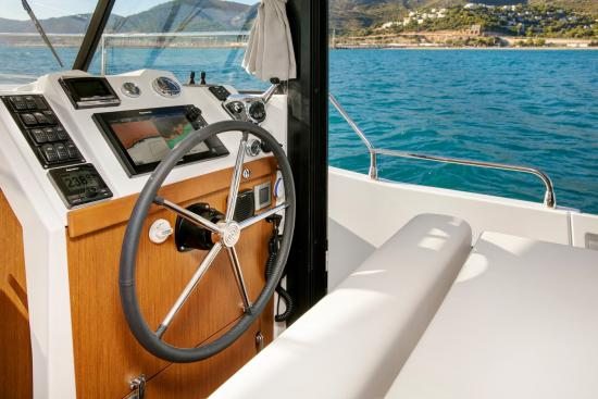 Beneteau Swift Trawler 35 helm