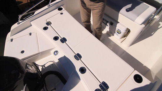Boston Whaler 210 Dauntless aft casting deck