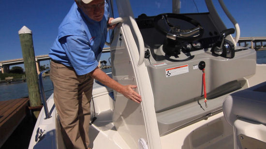 Boston Whaler 210 Dauntless supports