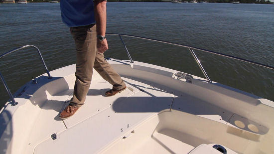 Boston Whaler 210 Dauntless bow casting deck