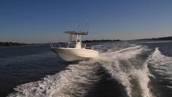 Boston Whaler 210 Dauntless running shot