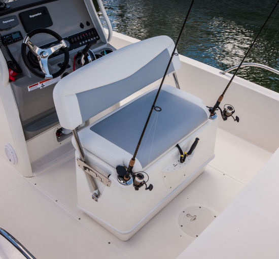 Boston Whaler 210 Dauntless seating arrangement