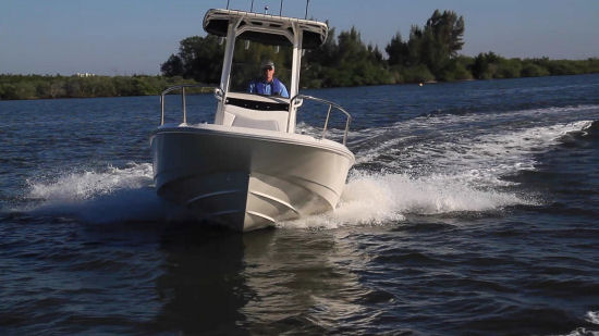 Boston Whaler 210 Dauntless turns