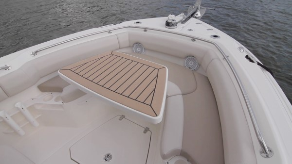 Boston Whaler 230 Outrage bow table