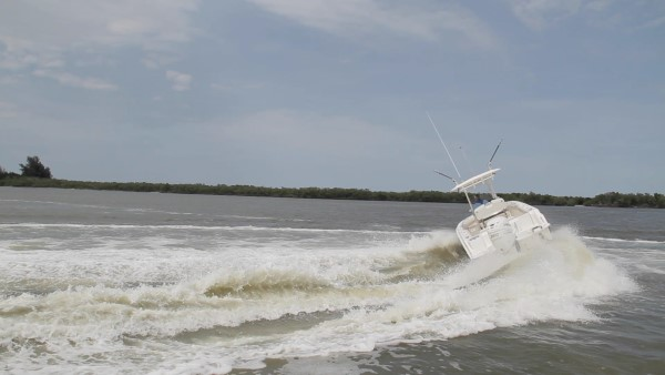 Boston Whaler 230 Outrage hard turn