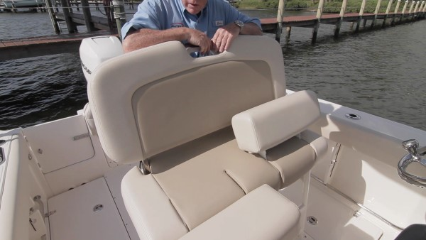 Boston Whaler 230 Outrage leaning post helm seat