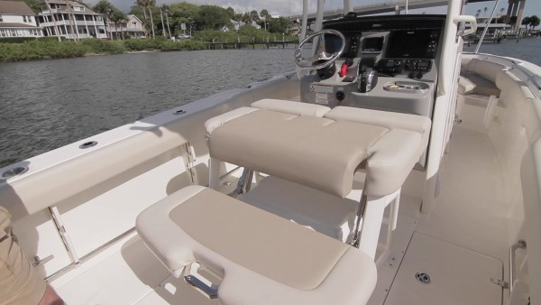 Boston Whaler 230 Outrage leaning post aft facing seat
