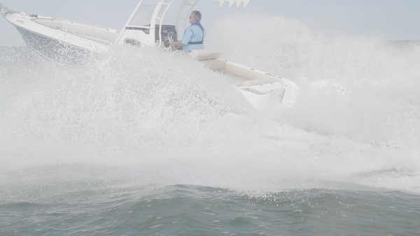 Boston Whaler 230 Outrage spray