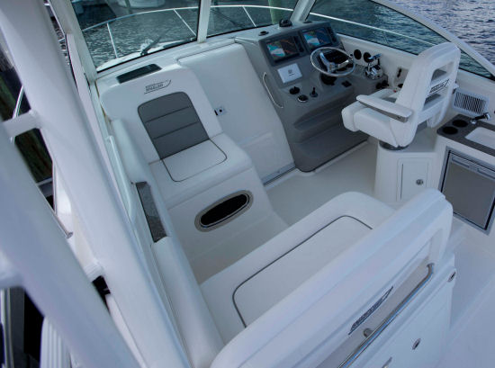 Boston Whaler 315 Conquest Pilothouse opposing seats
