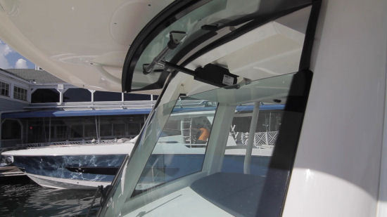 Boston Whaler 330 Outrage windshield vent