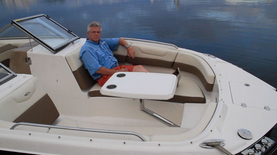 Chaparral 250 SunCoast OB bow seating