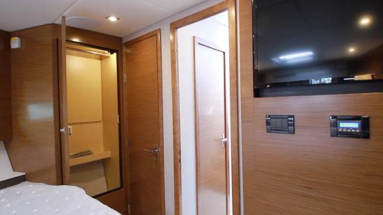 Cruisers Yachts 46 Cantius guest stateroom