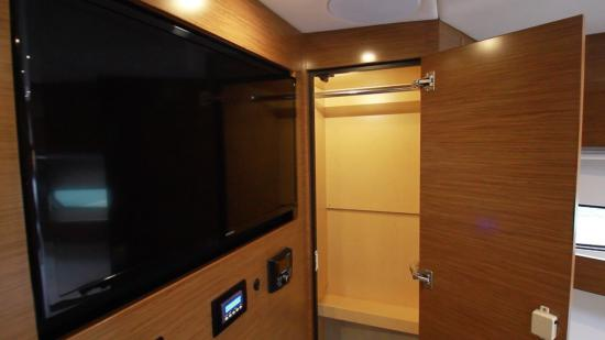 Cruisers Yachts 46 Cantius tv
