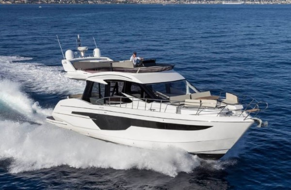 Galeon 500 Fly running