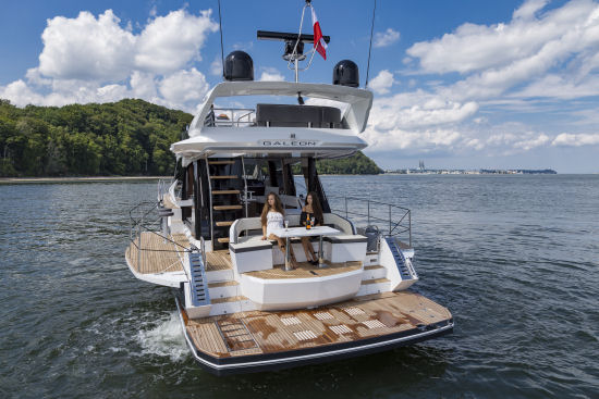 Galeon 500 Fly standing