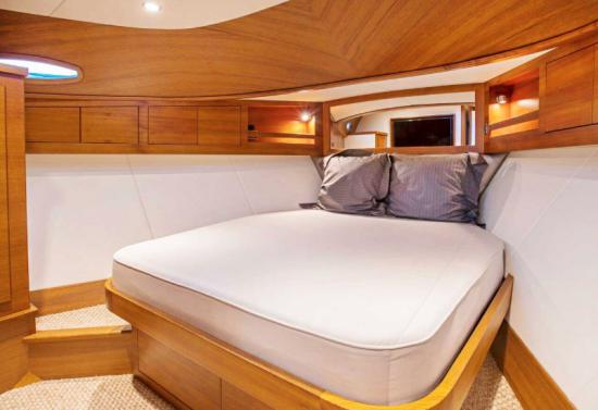 Grand Banks 60 Skylounge double berth