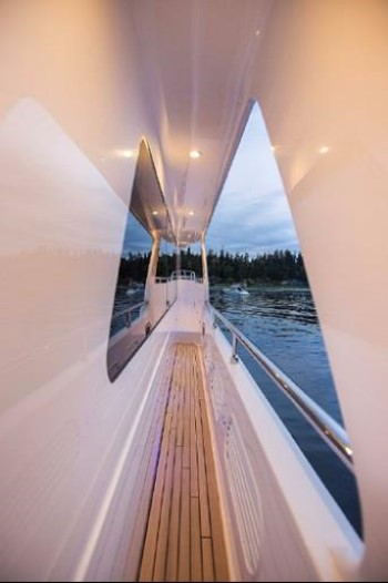 Hampton Yachts 658 Endurance LRC side decks