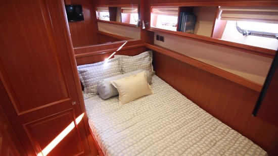 Hampton Yachts Endurance 720 Skylounge LRC guest room
