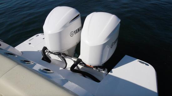 Regal 33 SAV outboards