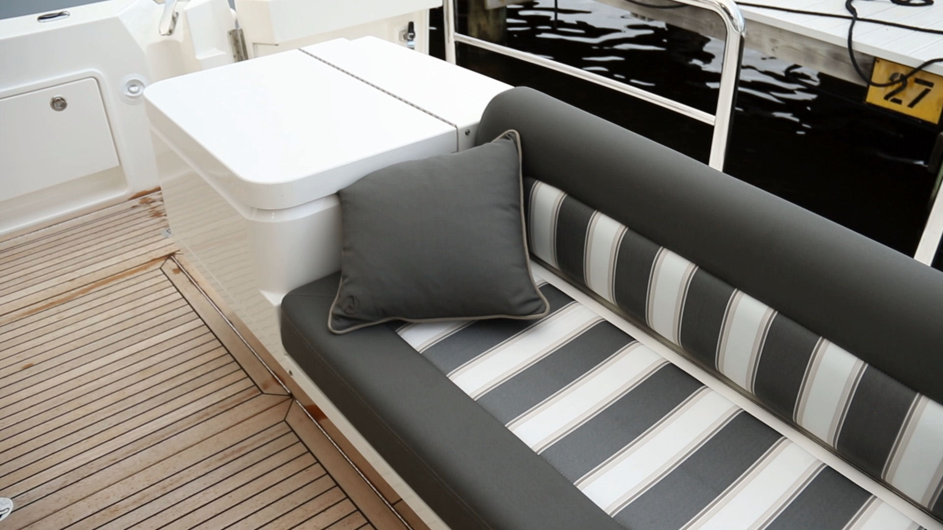 Riviera 52 Enclosed Flybridge livewell