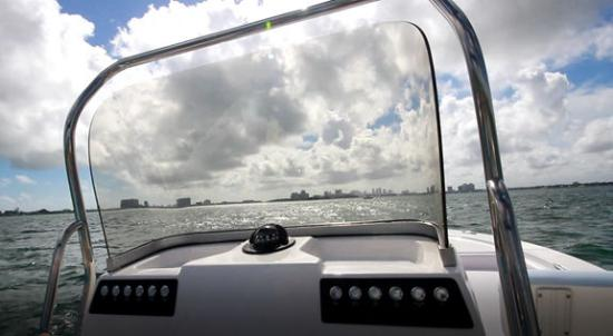 Robalo 206 Cayman S windshield