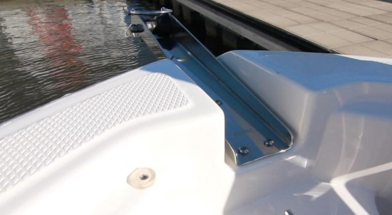 Robalo R242EX bow roller