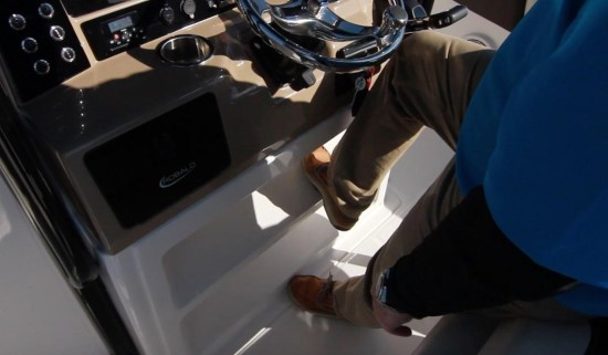 Robalo R242EX helm console