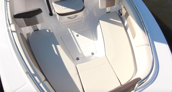 Robalo R242EX forward seating