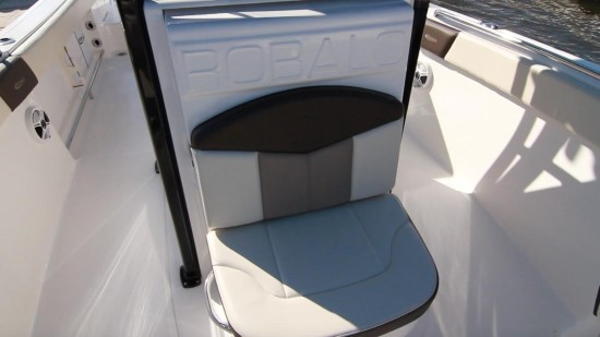 Robalo R242EX seating