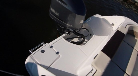 Robalo R242EX full-width