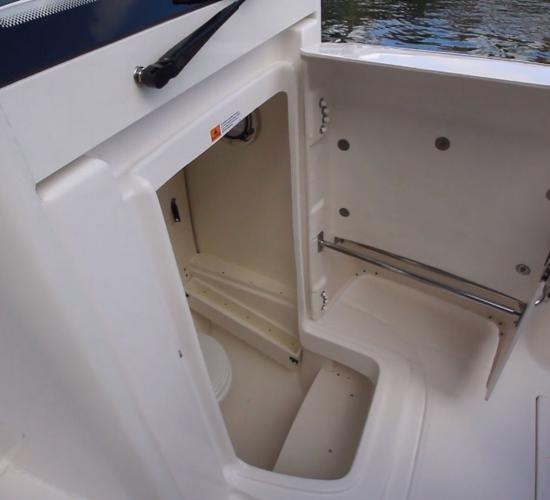 Robalo R272 front console