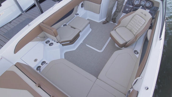 Sea Ray 21 SPX cockpit seating