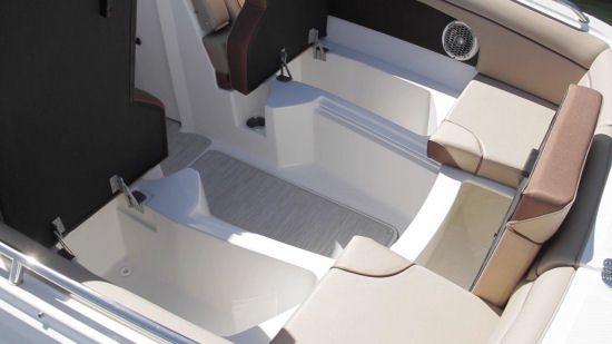 Sea Ray 270 Sundeck bow storage