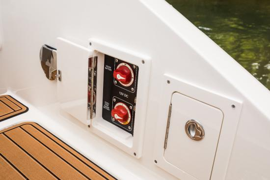Sea Ray SLX 310 Outboard battery switches