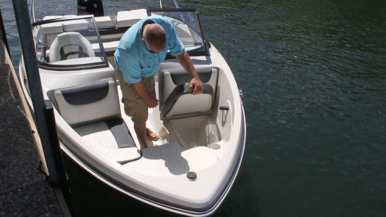Tahoe 450 TS Outboard bow storage