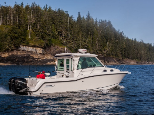 bostonwhaler_315conquestpilothouse_running_2015_big.jpg